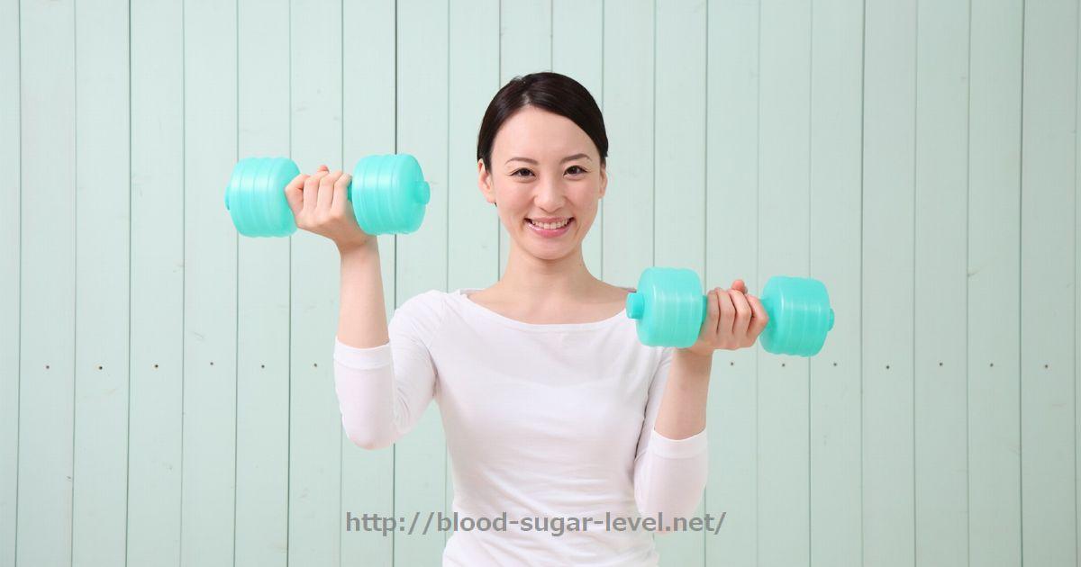 血糖値を下げる運動その2、レジスタンス運動。ダンベルを持つ女性